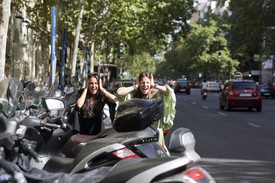Rocío Gavilán y Paloma López, ruido en plena calle Velázquez de Madrid, donde tienen el despacho Psicología Velázquez - Foto: Jesús Umbría